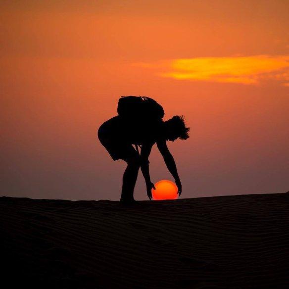 here-comes-the-sun-al-qudra-desert-dubai-photography-by-xdennisstever