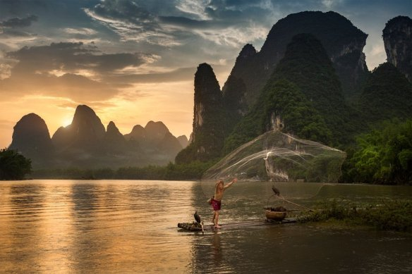 fisherman-in-xing-ping-village-china-photography-by-pete-stewart