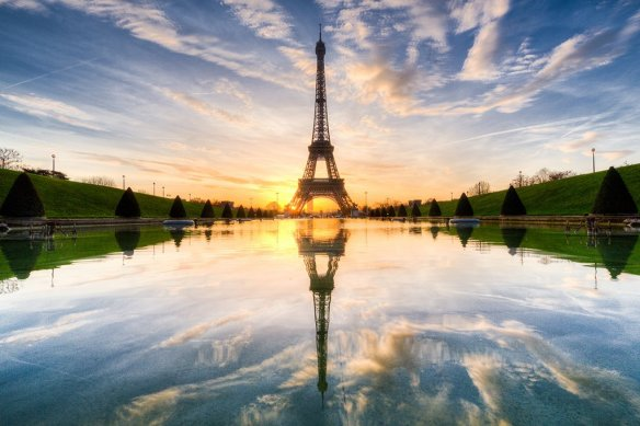 sunrise-on-eiffel-tower-mirrored-photography-by-loic80l