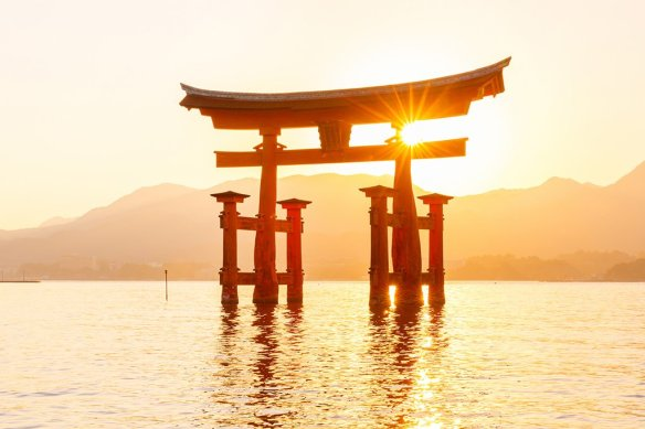 sunset-on-miyajima-tori-shrine-photography-by-loic80l