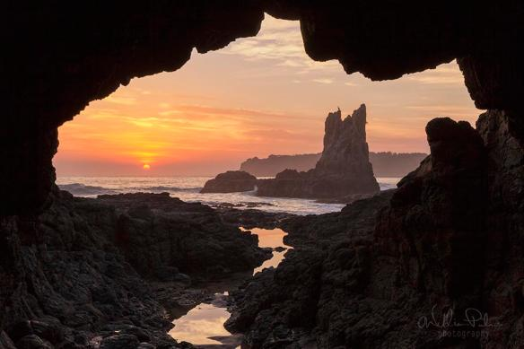 sunrise-framed-by-the-cathedral-rocks-of-kiama-australia-photography-by-william-patino