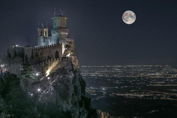 the-castle-and-the-moon-san-marino-italy-photography-by-alessandro-bartolini