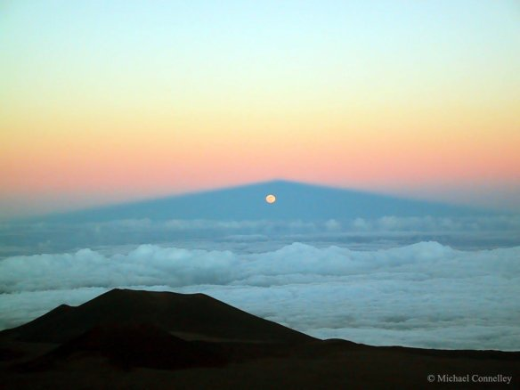 moonrise-through-mauna-keas-shadow-photography-by-michael-connelley